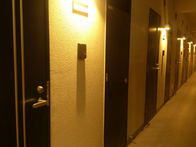 夜のマンション